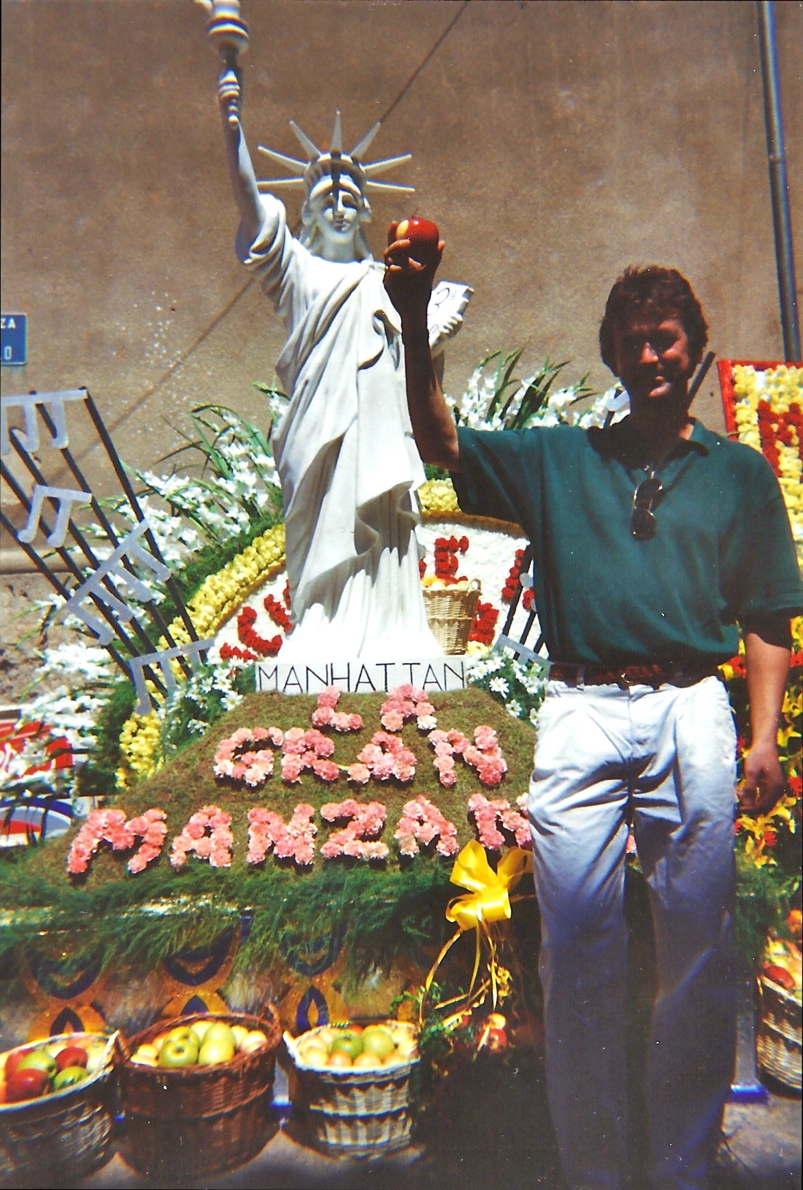 They made a big deal out of 'La Gran Manzana' during the flower parade in Buñol. Henrie Adams and his